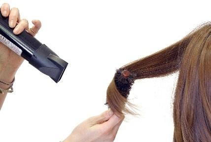 髪の毛は手早く乾かす